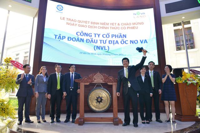 ng Bùi Thành Nhơn - Chủ tịch HĐQT Novaland thực hiện nghi thức đánh cồng trong lễ niêm yết chính thức cổ phiếu NVL.